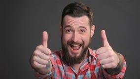 Бородатый парень выражает большое наслаждение сток-видео