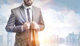 Бородатый человек в костюме в городе Стоковые Изображения RF