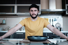 Бородатый человек в кухне Стоковые Фото