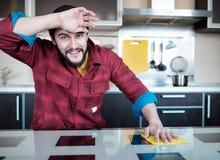 Бородатый человек в кухне Стоковые Изображения RF