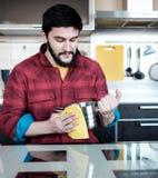 Бородатый человек в кухне Стоковое Изображение RF