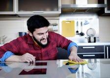 Бородатый человек в кухне Стоковое Фото