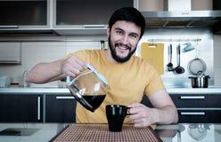 Бородатый человек в кухне Стоковая Фотография RF