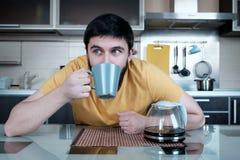 Бородатый человек в кухне Стоковая Фотография