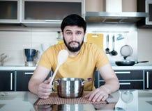 Бородатый человек в кухне Стоковые Фотографии RF