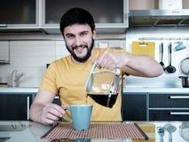 Бородатый человек в кухне Стоковое фото RF