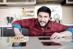 Бородатый человек в кухне Стоковые Изображения
