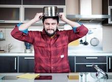 Бородатый человек в кухне Стоковое Изображение