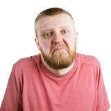 Бородатый человек в пожиманиях плечами рубашки стоковые фото
