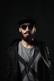 Бородатый человек в приспособленной шляпе с крестом на комоде Стоковое фото RF