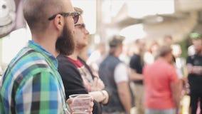 Бородатый человек в стеклах смотрит лотерею притяжки хозяина празднество 100f 2 8 28 velvia лета nikon s fujichrome пленки f вече акции видеоматериалы