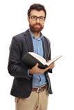 Бородатый человек держа книгу стоковые фото