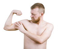 Бородатый человек измеряет его бицепс стоковые изображения