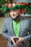 Бородатый человек моля с венком на его голове Стоковое Фото