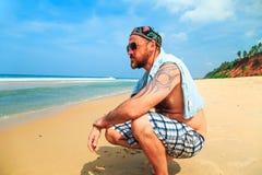 Бородатый человек на пляже Стоковые Фотографии RF