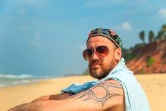 Бородатый человек на пляже Стоковые Изображения