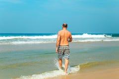Бородатый человек на пляже Стоковое фото RF