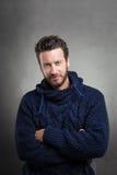 Бородатый человек нося голубой свитер стоковые изображения