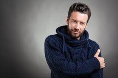 Бородатый человек нося голубой свитер стоковые изображения rf