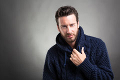Бородатый человек нося голубой свитер стоковая фотография rf