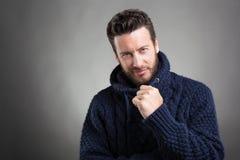 Бородатый человек нося голубой свитер стоковая фотография