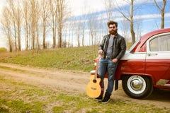 Бородатый человек около ретро автомобиля Стоковое Изображение