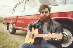 Бородатый человек около ретро автомобиля Стоковое Изображение RF
