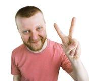 Бородатый человек показывает что все ОДОБРЕНО стоковая фотография