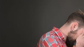 Бородатый человек показывает dissappointment сток-видео