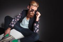 Бородатый человек рассматривает его стекла Стоковая Фотография