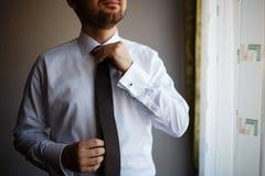 Бородатый человек связывает его связь Стоковая Фотография