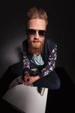 Бородатый человек смотрит вверх на вас Стоковое фото RF