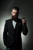 Бородатый человек с жестяной коробкой пива Стоковые Фото