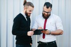 2 бородатых документа подписания бизнесмена Стоковое фото RF