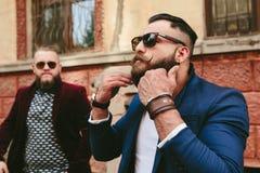 2 бородатых люд на предпосылке одина другого Стоковые Изображения RF