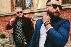 2 бородатых люд на предпосылке одина другого Стоковая Фотография