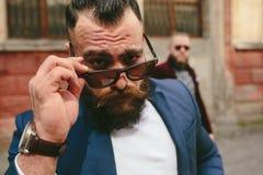 2 бородатых люд на предпосылке одина другого Стоковые Фотографии RF