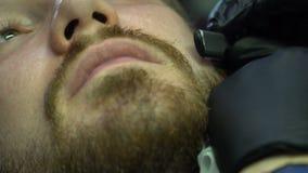 Борода бритья руки парикмахера с прямой бритвой сток-видео