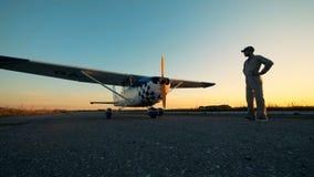 Бортинженер смотрит aiplane на открытом воздухе акции видеоматериалы
