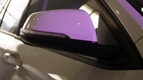 Бортовое зеркало современного автомобиля с backlight стоковое фото rf
