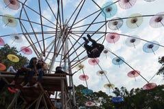 Бортовое сальто Parkour вокруг зонтика Стоковые Изображения RF