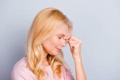 Бортовой полу-лицый портрет взгляда унылое несчастное утомленного расстроенного вверх Стоковая Фотография