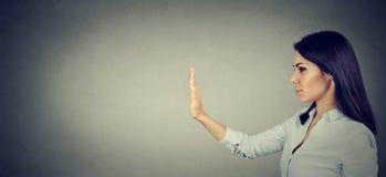 Бортовой профиль женщины с жестом рукой стопа стоковое фото rf