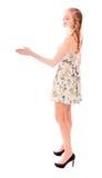 Бортовой профиль руки молодой женщины предлагая для рукопожатия Стоковое Изображение