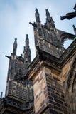 Бортовой столбец готического собора Vysehrad в Праге отличая красивыми окнами и каменной стеной и штендерами Стоковое Изображение RF