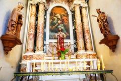 Бортовые алтары в соборе предположения в Дубровнике, Хорватии стоковые изображения