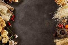 Бортовые границы сортированных высушенных азиатских лапшей Стоковые Изображения RF
