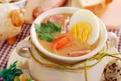 Борщ пасхи белый с яичками и сосиской в сельском типе Стоковые Фотографии RF