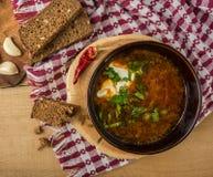 Борщ-суп с сметаной и хлебом Взгляд сверху стоковое изображение rf