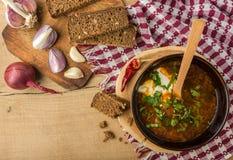 Борщ-суп с сметаной и хлебом Взгляд сверху стоковая фотография